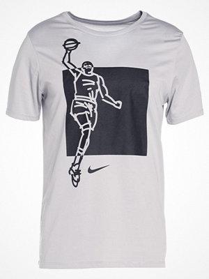 Sportkläder - Nike Performance FAMOUS Tshirt med tryck wolf grey/wolf grey