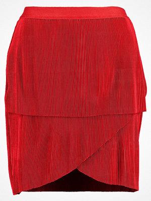 Vero Moda VMMONALISA  Veckad kjol flame scarlet