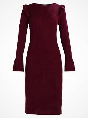 Dorothy Perkins RUFFLE SHOULDER Stickad klänning burgundy