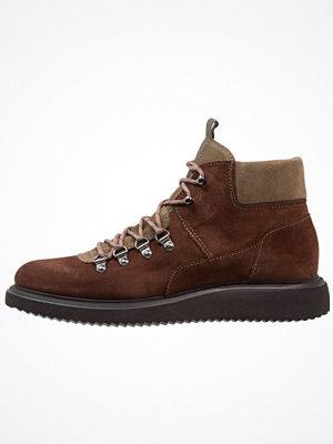 Boots & kängor - H by Hudson STANGE  Snörstövletter brown