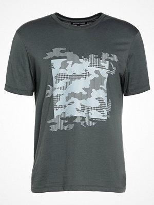 T-shirts - Michael Kors HERRINGBONE HOUNDSTOOTH CAMO GRAPHIC Tshirt med tryck cedar green