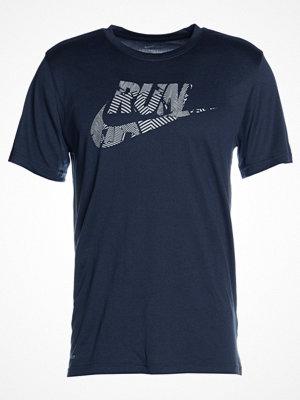 Sportkläder - Nike Performance Tshirt med tryck thunder blue/metallic silver