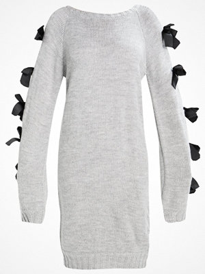 Lost Ink SLASH NECK EYELET BOW SLEEVE  Stickad klänning grey marl