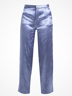 NA-KD NAKD METALLIC FLARED PANTS Tygbyxor dusty blue omönstrade