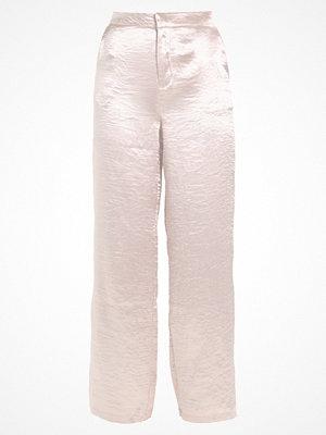 NA-KD NAKD METALLIC FLARED PANTS Tygbyxor pink champagne cremefärgade