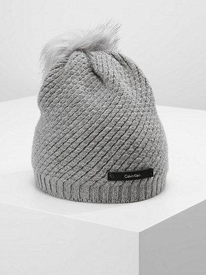 Mössor - Calvin Klein CK TWIST  Mössa steel grey