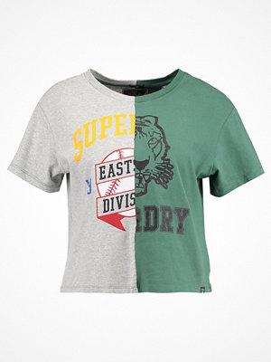 Superdry CORNER BACK TEE Tshirt med tryck omega green/jock grey