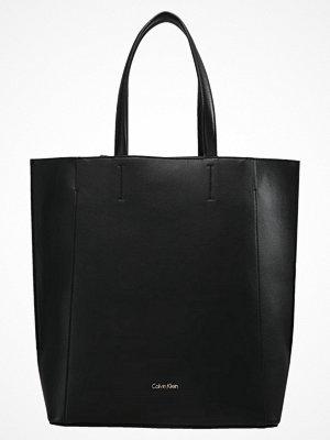 Calvin Klein svart shopper METROPOLITAN TOTE Shoppingväska black