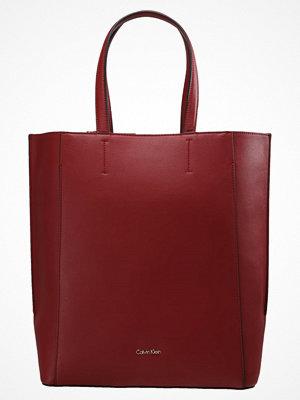 Calvin Klein vinröd shopper METROPOLITAN TOTE Shoppingväska red
