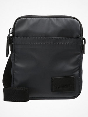 Väskor & bags - Calvin Klein Axelremsväska grey