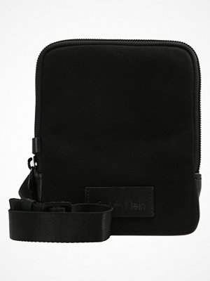 Väskor & bags - Calvin Klein MODERN BOUND MINI REPORTER Axelremsväska black
