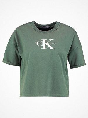 Calvin Klein Jeans TECO TRUE ICON Tshirt med tryck trekking green