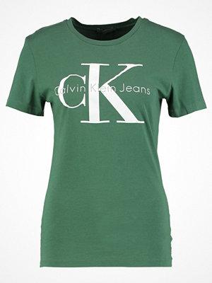 Calvin Klein Jeans SHRUNKEN TEE  Tshirt med tryck trekking green