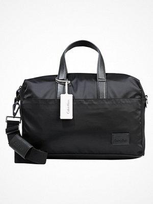 Väskor & bags - Calvin Klein EASE MEDIUM DUFFLE Weekendbag black