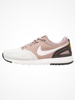 Nike Sportswear AIR VIBENNA SE Sneakers light bone/summit white/sepia stone/vivid sulfur/brown