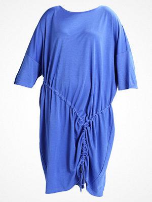 I.scenery JRIBESSIE MIDI DRESS Jerseyklänning amparo blue