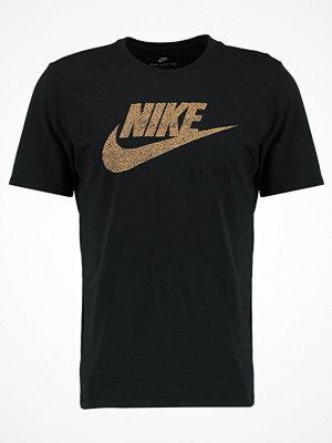 Nike Sportswear FUTURA Tshirt med tryck black/elemental gold
