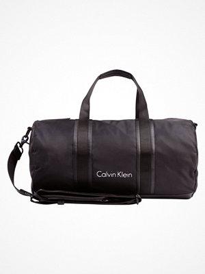 Väskor & bags - Calvin Klein BLITHE CYLINDER DUFFLE Weekendbag black