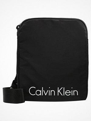 Calvin Klein Axelremsväska black