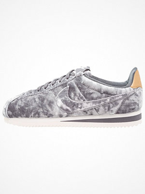 Nike Sportswear VELVET CORTEZ Sneakers dark grey/summit white/metallic gold