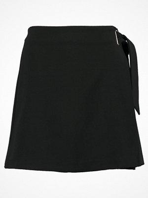 Only ONLDARLA SHORT WRAP SKIRT Omlottkjol black