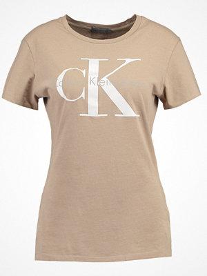 Calvin Klein Jeans SHRUNKEN TEE  Tshirt med tryck silver mink