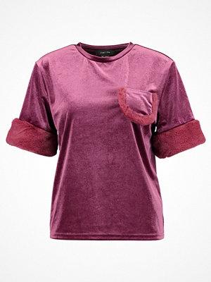 Lost Ink Tshirt med tryck dark pink