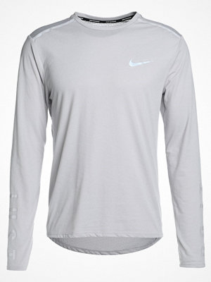 Nike Performance BREATHE TAILWIND  Funktionströja atmosphere grey/atmosphere grey/reflective silver