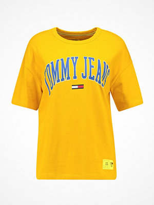 Tommy Jeans COLLEGIATE TEE Tshirt med tryck old gold