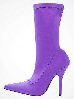 Public Desire DANGER Klassiska stövlar purple
