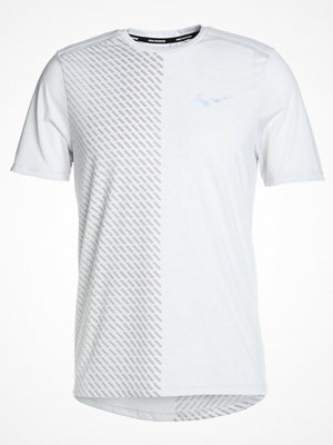 Nike Performance TAILWIND Tshirt med tryck vast grey/atmosphere grey/reflective silver