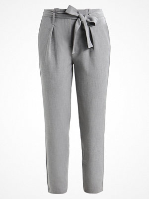 Only ONLNICOLE PANTS Tygbyxor light grey ljusgrå