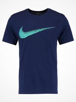 Nike Sportswear Tshirt med tryck binary blue/turbo green