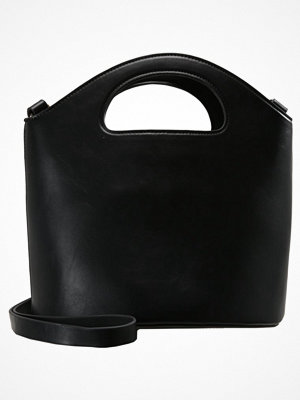 Topshop CHERIE CUTOUT HANDLE BUCKET BAG Handväska black