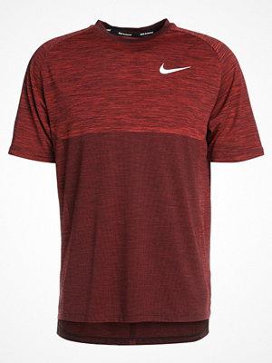 Sportkläder - Nike Performance DRY MEDALIST Tshirt bas deep burgundy/habanero red/silver