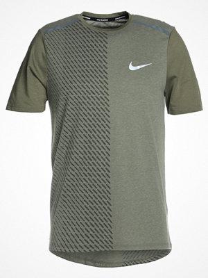 Sportkläder - Nike Performance TAILWIND Tshirt med tryck medium olive/sequoia/reflective silver