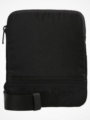 Väskor & bags - Calvin Klein MATTHEW FLAT CROSSOVER Axelremsväska black