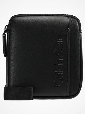 Väskor & bags - Calvin Klein ELEVATED LOGO MINI FLAT CROSSOVER Axelremsväska black