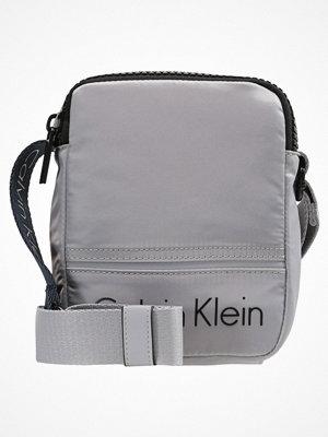 Väskor & bags - Calvin Klein MATTHEW MINI REPORTER Axelremsväska grey
