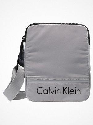 Väskor & bags - Calvin Klein MATTHEW FLAT CROSSOVER Axelremsväska grey