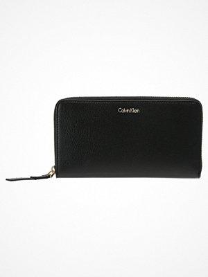 Plånböcker - Calvin Klein FRAME LARGE ZIPAROUND XL Plånbok black