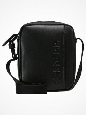 Väskor & bags - Calvin Klein ELEVATED LOGO MINI REPORTER Axelremsväska black