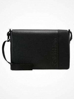 Väskor & bags - Calvin Klein ELEVATED LOGO MESSENGER WITH FLAP Axelremsväska black