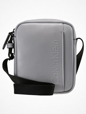 Väskor & bags - Calvin Klein ELEVATED LOGO MINI REPORTER Axelremsväska grey