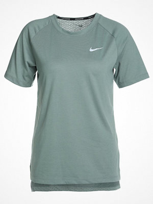 Nike Performance BREATHE TAILWIND Tshirt bas clay green/reflective silver