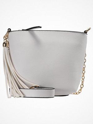 Handväskor - Miss Selfridge MINI ZIP TOP BUCKET BAG Handväska cream
