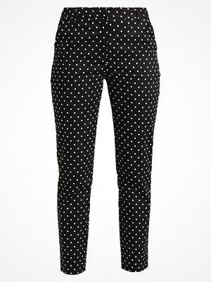 Vero Moda VMLINSEY PRINT ANKLE PANTS  Tygbyxor black/snow white mönstrade