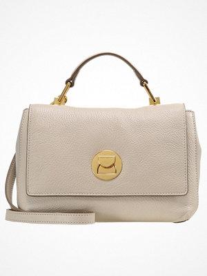 Handväskor - Coccinelle LIYA SMALL GRANA TOPHANDLE Handväska seashell taupe