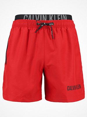 Badkläder - Calvin Klein Swimwear MEDIUM DOUBLE Surfshorts salsa