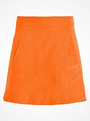 Mads Nørgaard STELLY SHORT Alinjekjol deep orange